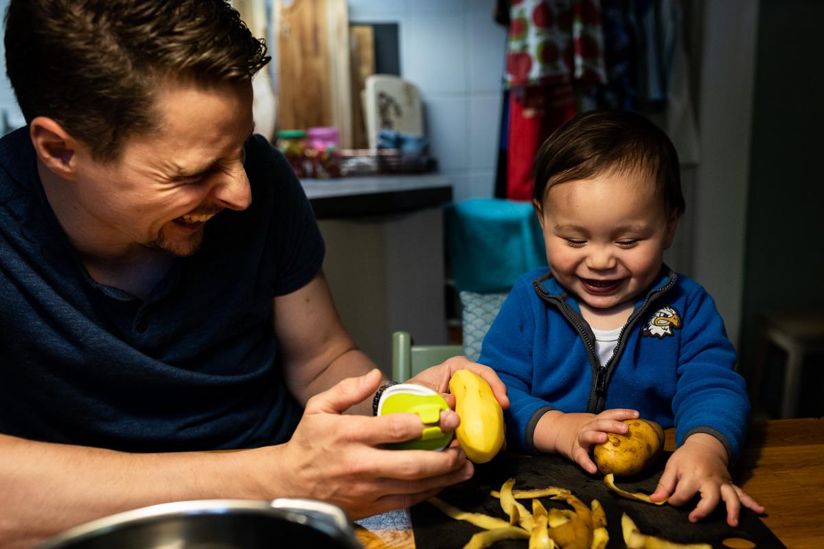 Familienreportage: Vater und kleiner Sohn in der Küche.