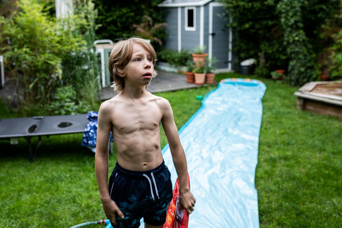 Familiendokumentation. Junge im Garten.