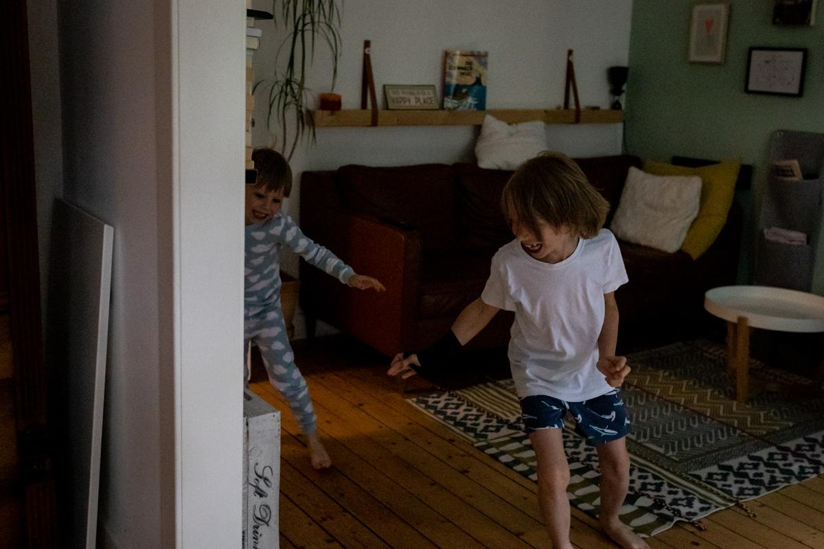 Zwei Brüder rennen durch die Wohnung.
