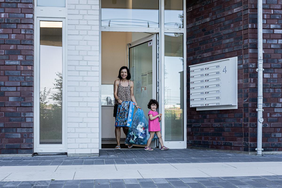 Mutter und Tochter vorm Hauseingang.