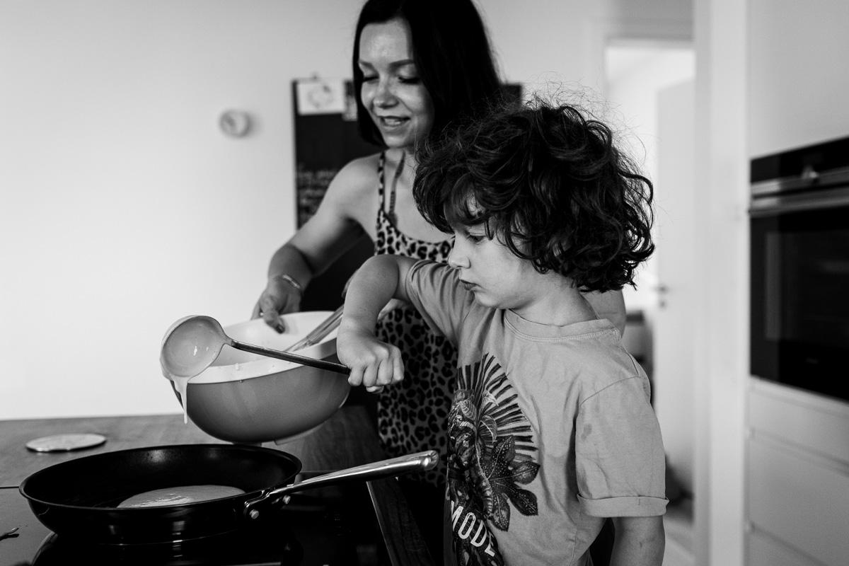 Mutter kocht zusammen mit dem Sohn, Familienfotos zu Hause.