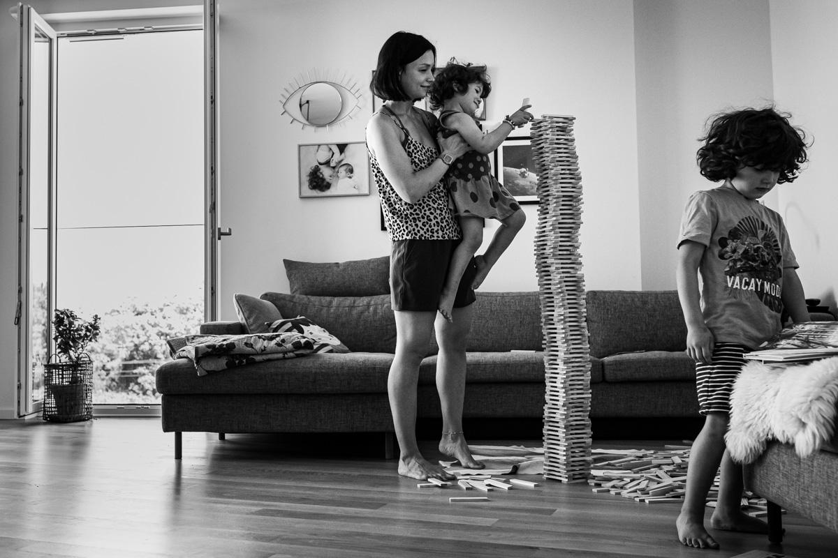 Mutter und Tochter bauen einen hohen Turm.