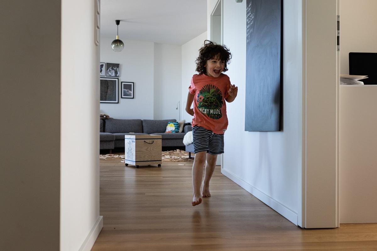 Ein Junge rennt durch die Wohnung.