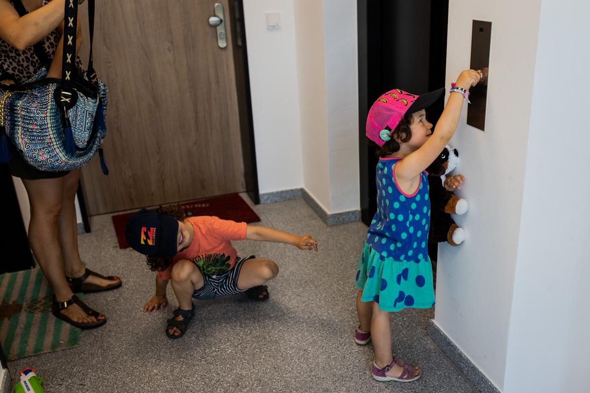 Mädchen drückt den Fahrstuhlknopf.