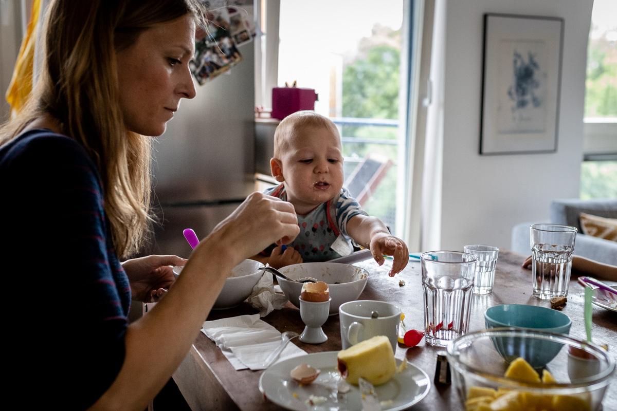Mutter und Sohn beim Frühstück.