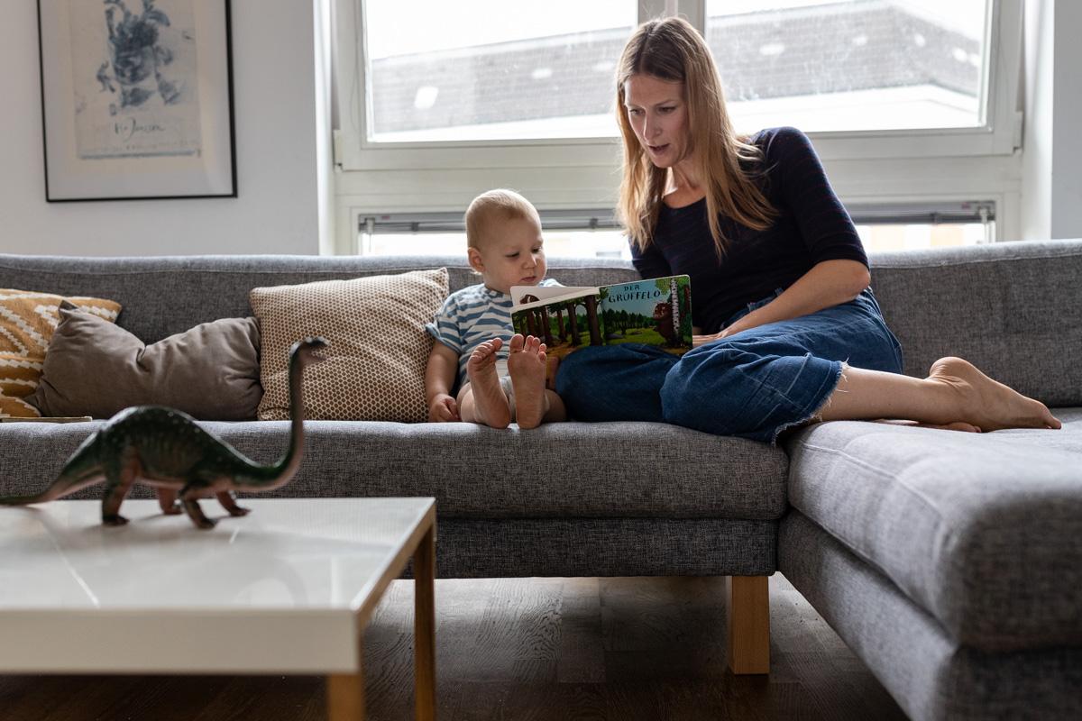 Mutter mit Sohn schauen ein Buch an.