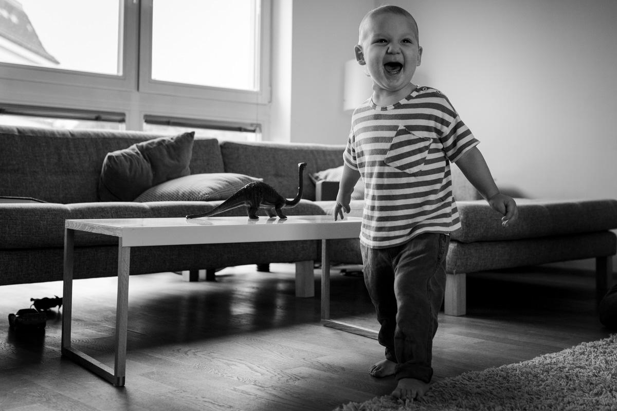 Ein kleiner Junge steht und lacht.
