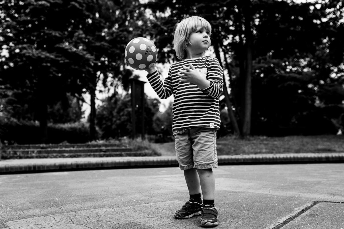 Junge mit Ball in der Hand.