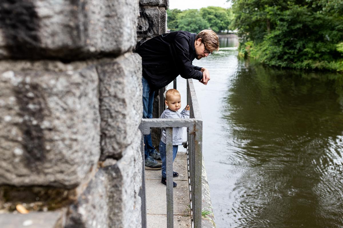 Junge mit Vater am Wasser.