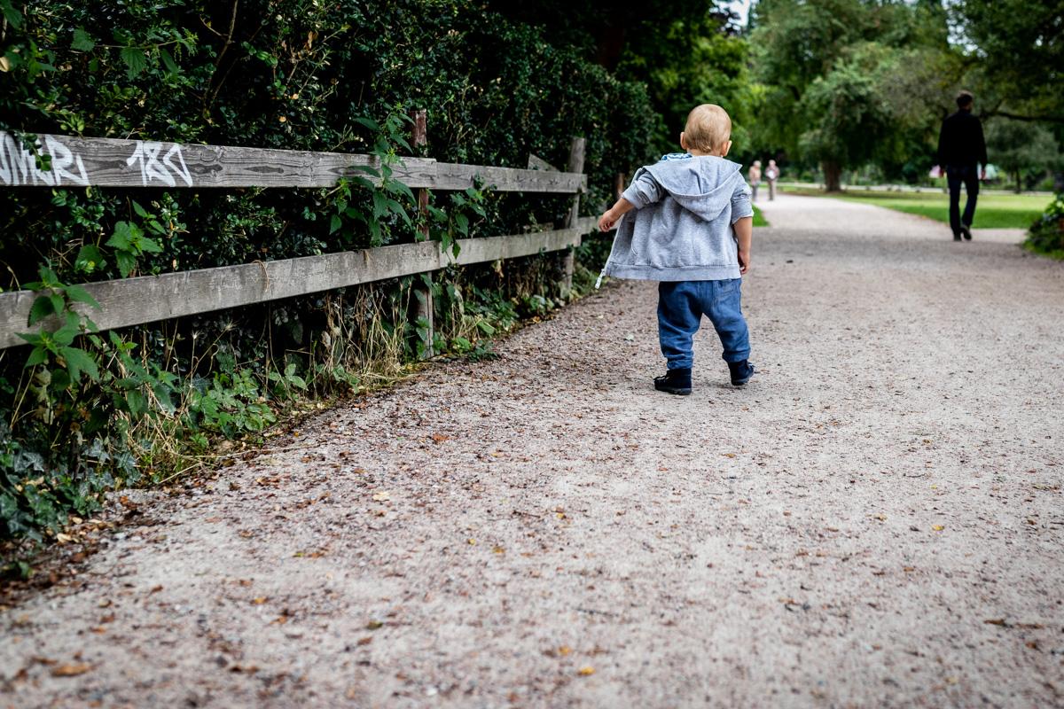 Ein kleiner Junge läuft im Park.