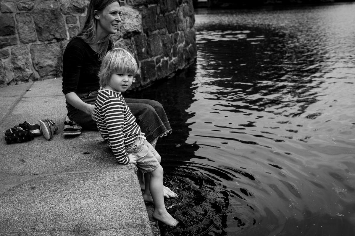 Mutter mit Sohn am Wasser.
