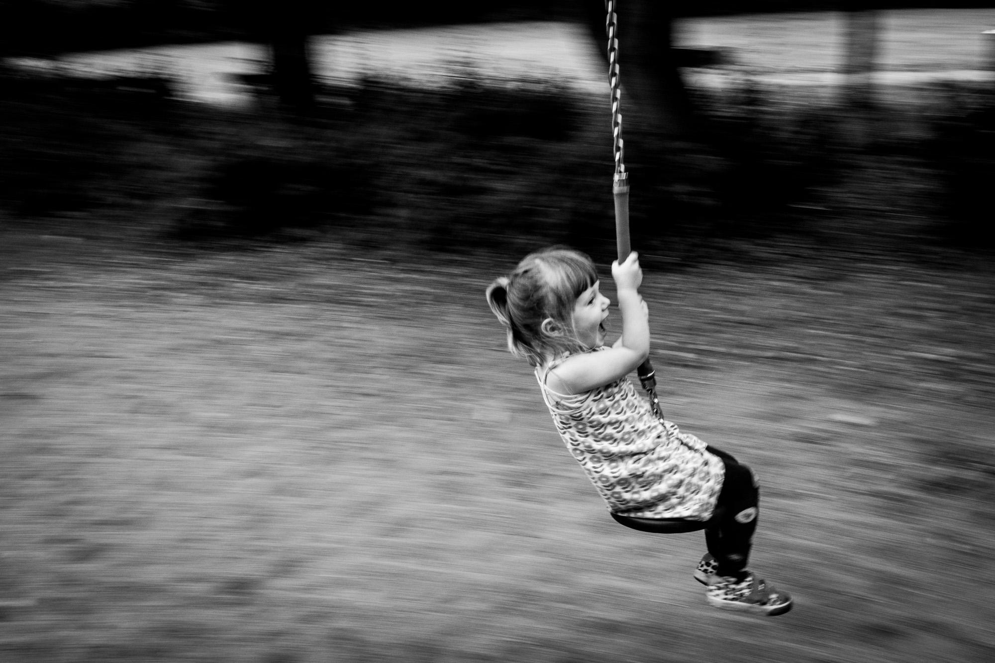 Mädchen auf einer Seilbahn.