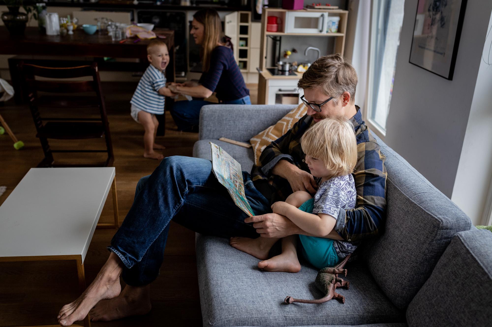 Familienshooting ganz entspannt in eurem Zuhause. Die ganze Familie zusammen.