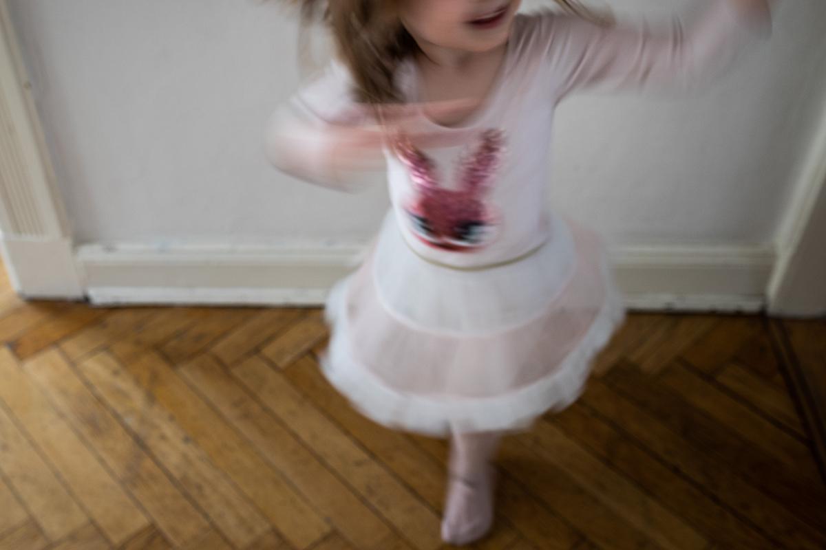 Tanzendes, fröhliches Mädchen