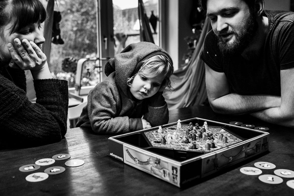 Eine Familie am Tisch bei einem Gesellschaftsspiel