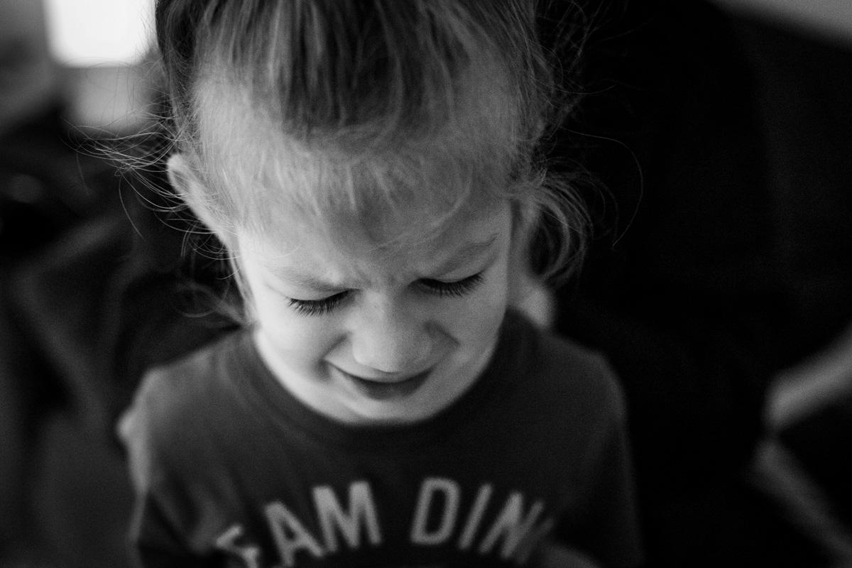 Ein Kleinkind, welches das Gesicht verzieht