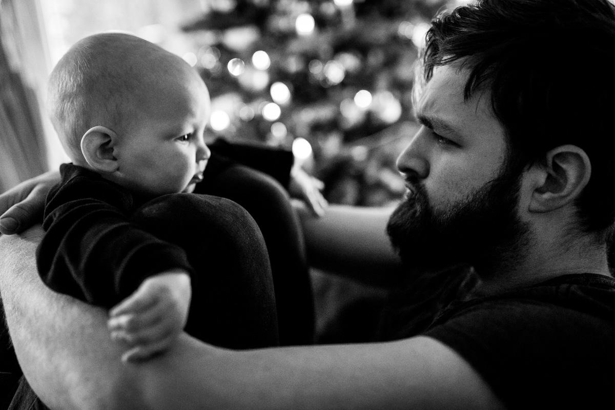 Vater mit Baby schneidet Grimassen