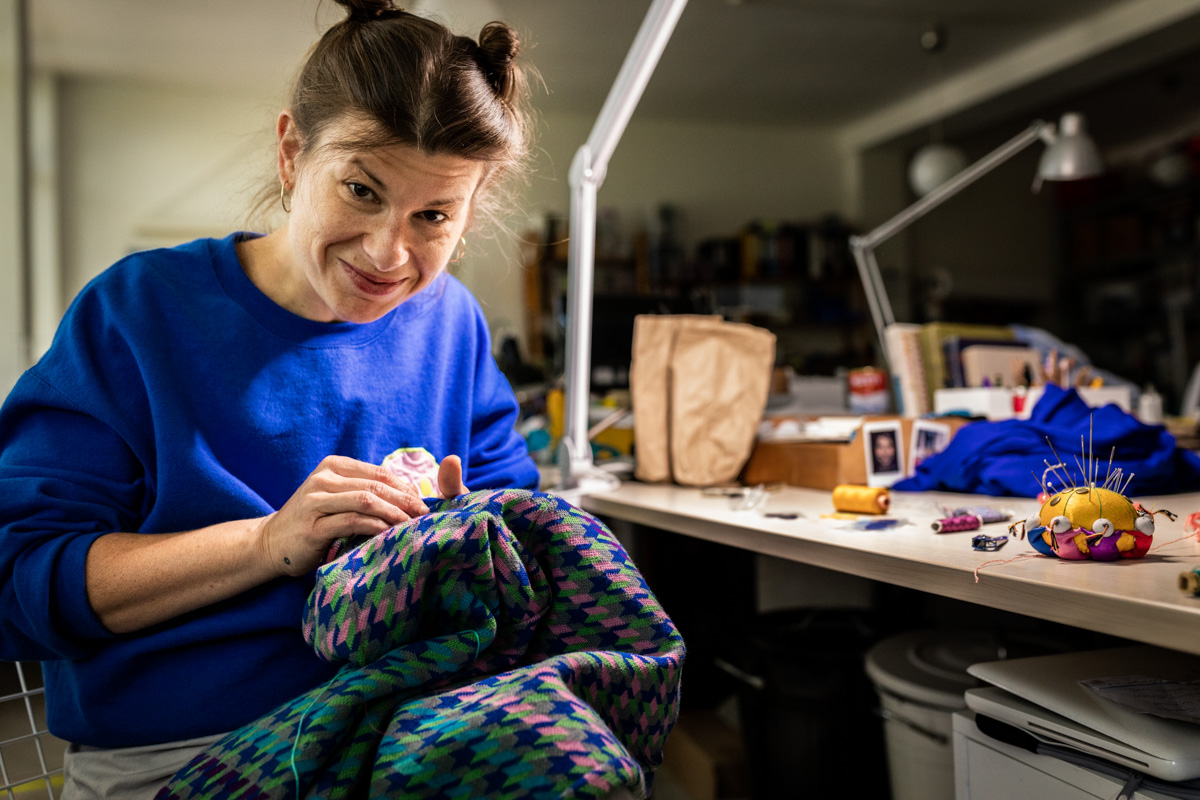 Eine Frau repariert ein Kleidungsstück.