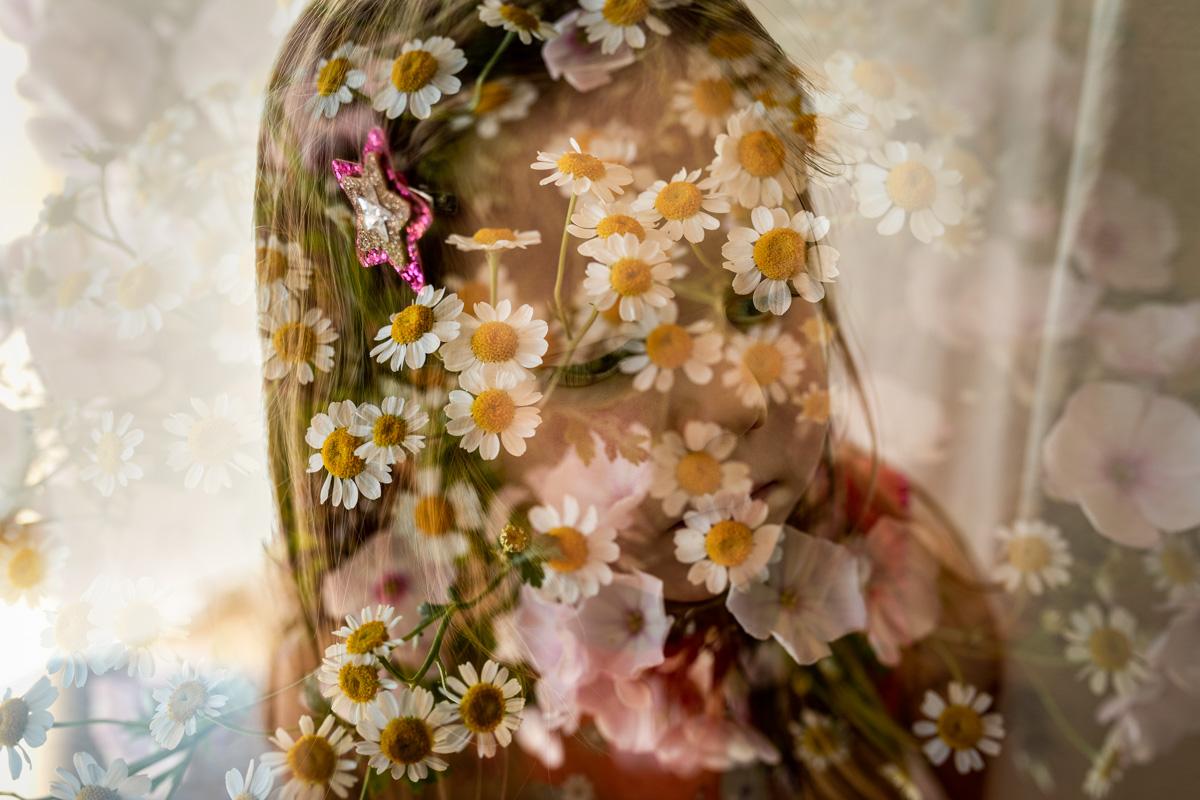Ein verspieltes Bild mit Blumen und einem Mädchen