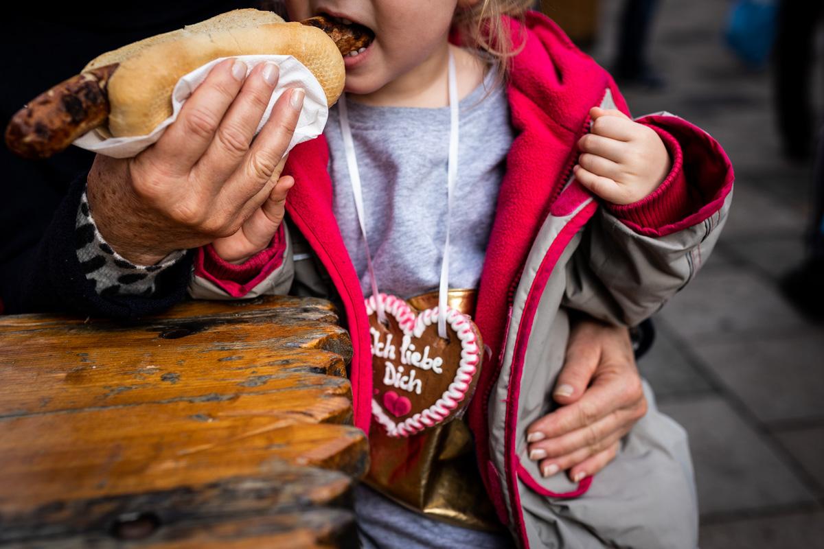 Mädchen isst eine Bratwurst