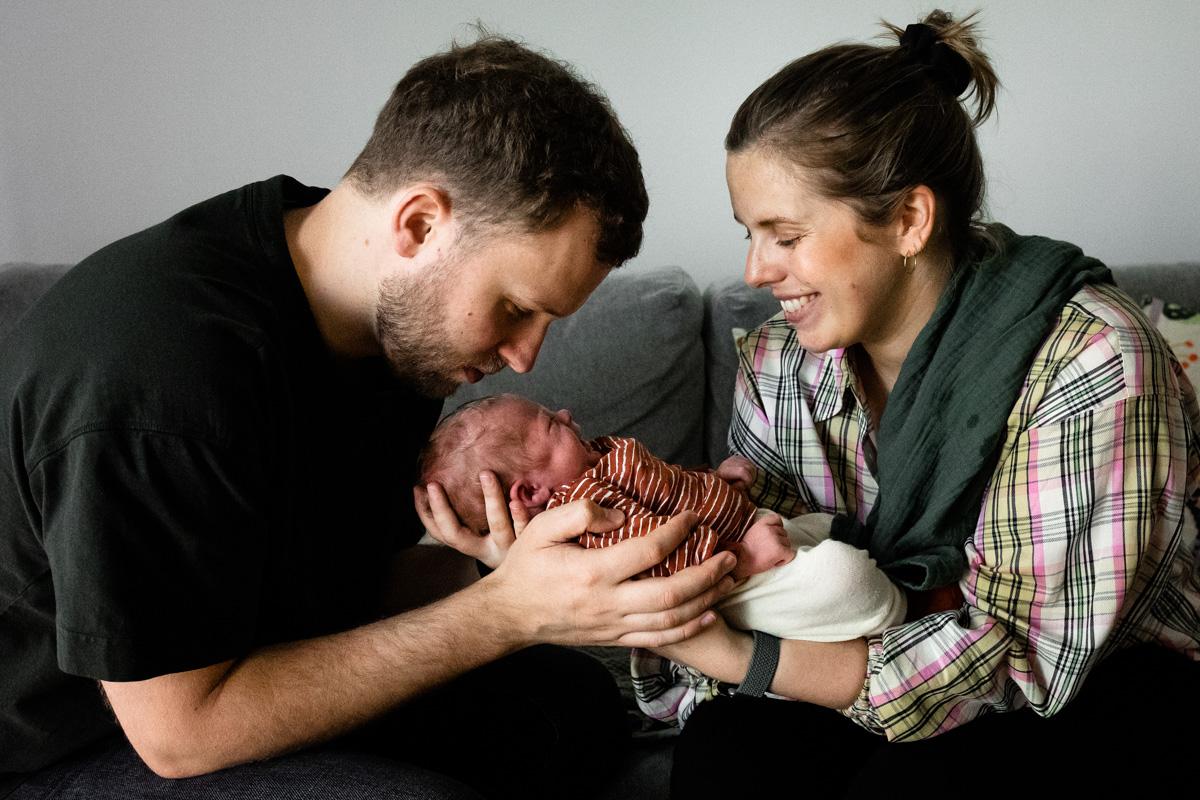 Eltern mit einem kleinen Baby.